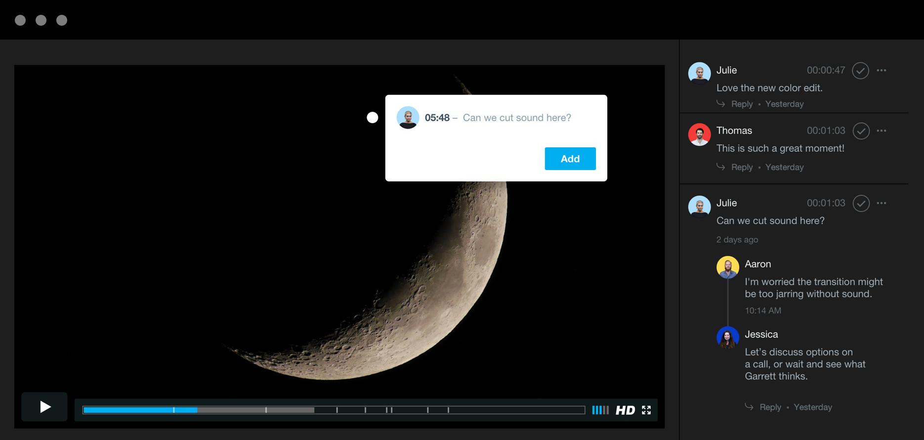달의 모습이 담긴 영상 클립이 표시되는 리뷰 페이지에 '여기서 사운드를 없앨 수 있나요?'라는 타임코드 메모가 작성되고 왼편에는 다른 검토자들이 남긴 메모 및 답글들이 표시되는 패널.